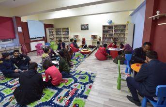 Ev Ortamına Dönüştürdükleri Kütüphanede Sınavlara Hazırlanıyorlar