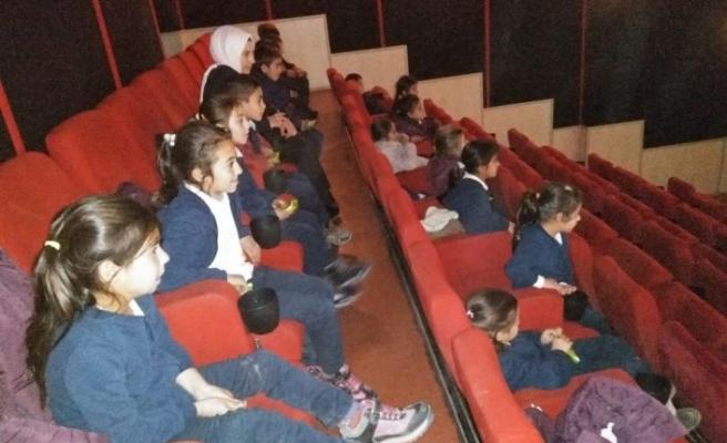 Kaymakam Erat'tan Köy Öğrencilerine Sinema Sürprizi