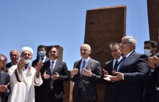 - Bakan Karaismailoğlu, Selçuklu Meydan Mezarlığı'nı...